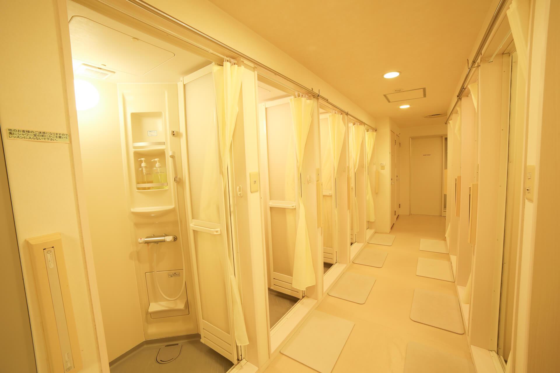 同時に10名利用できるシャワールーム